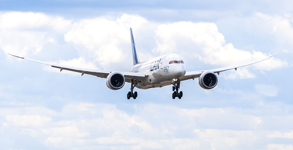 Boeing_787_clouds